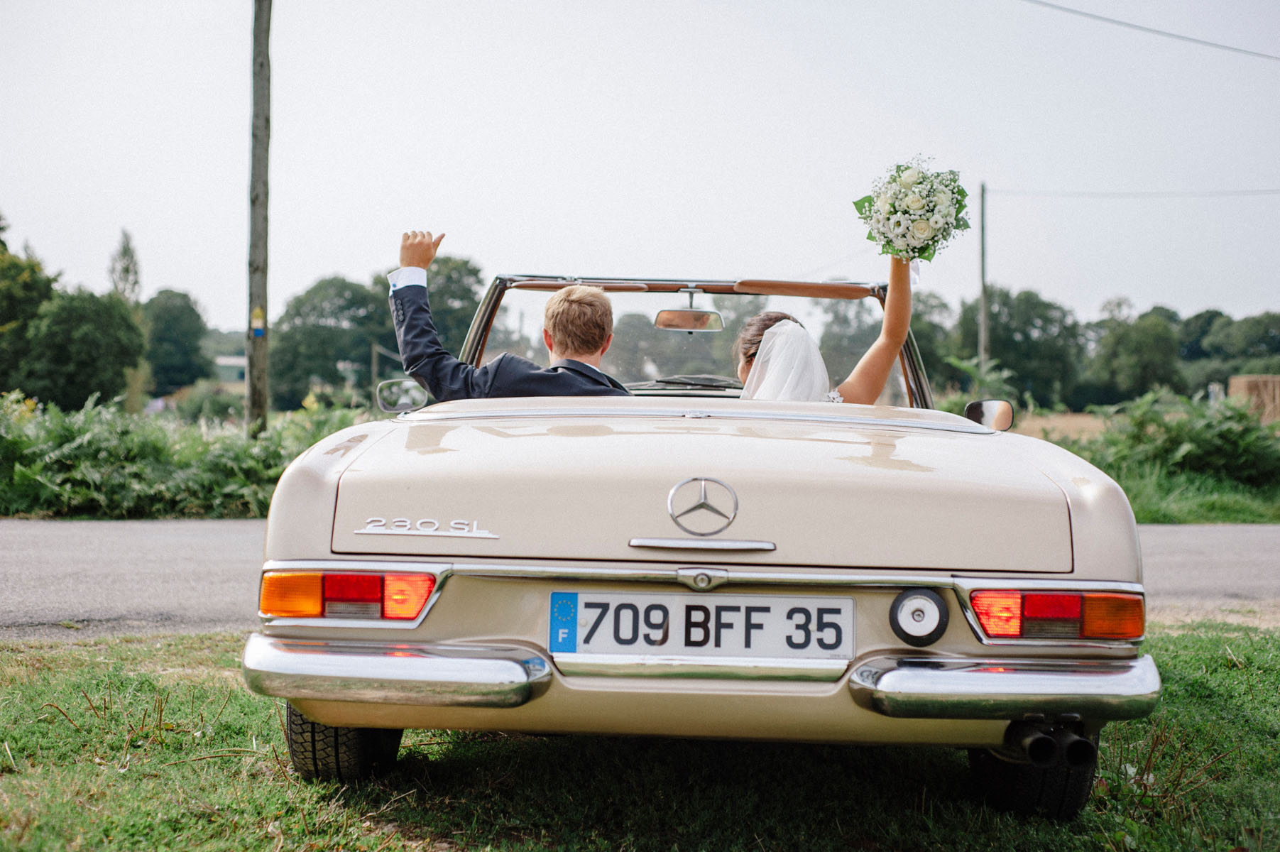 3/Mariages/Couples/maries-voiture2.jpg